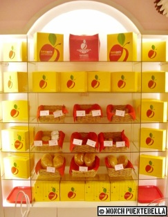 The ever-present baked goodies shelf at every Banapple branch.